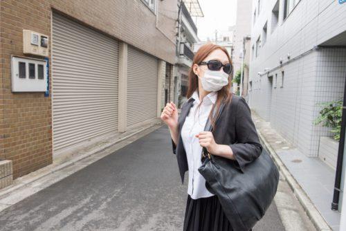 マスクとサングラスをした女性