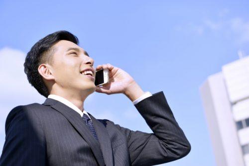 電話をするスーツ姿の男性