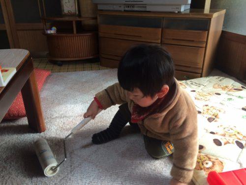 男の子がじゅうたんを掃除している