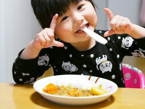 カレーを食べる少女